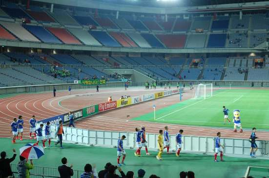 The Marinos on their way to applaud the fans, while Jeonbuk do the same on the other side.